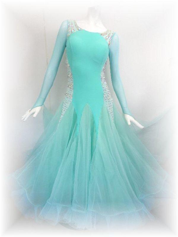 今年人気のエメラルドグリーンのドレス