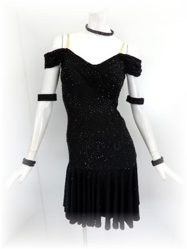 シンプルなデザインのラテンドレス