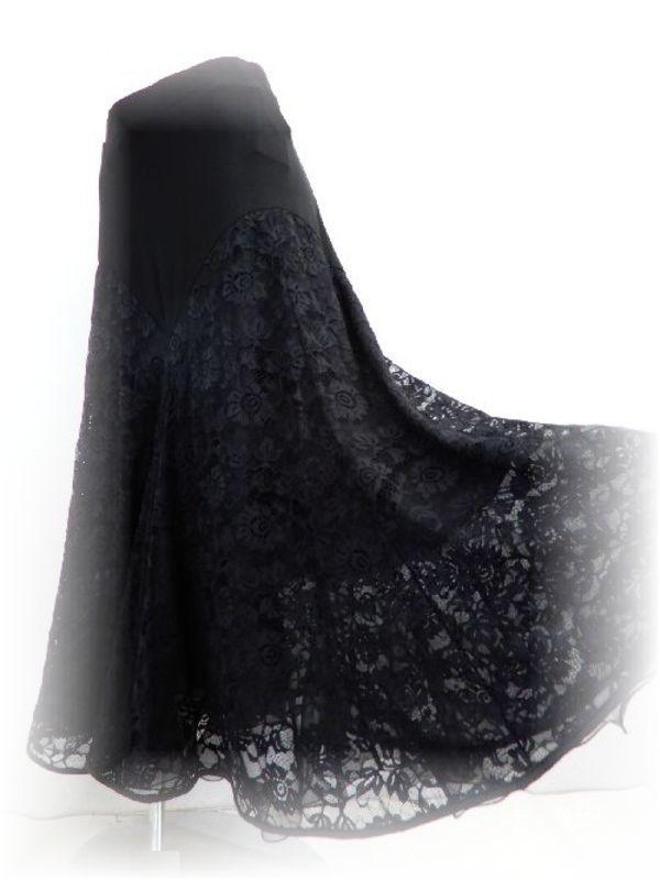 黒ですが、軽やかな社交ダンススカート