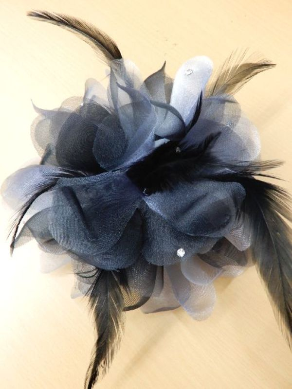 《新入荷》【ac208】コサージュ 立体花×羽ストーン ブラックグレー